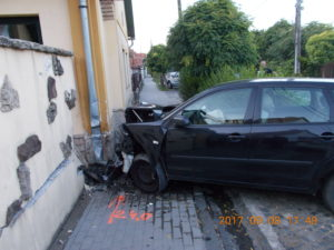 Lakóházba csapódott egy autó tegnap a Budai úton