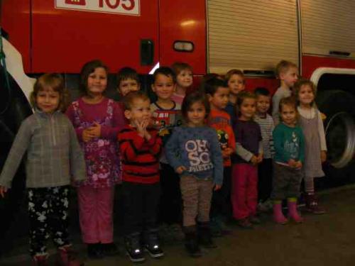 Óvodás csoport a tűzoltó laktanyában