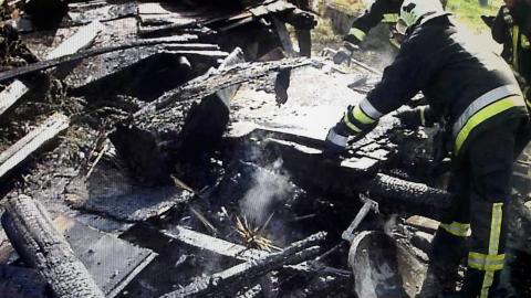 Önkéntes tűzoltók vonultak egy lángoló autóhoz