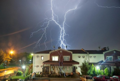 Villámcsapástól kigyulladt egy ház Budakalászon