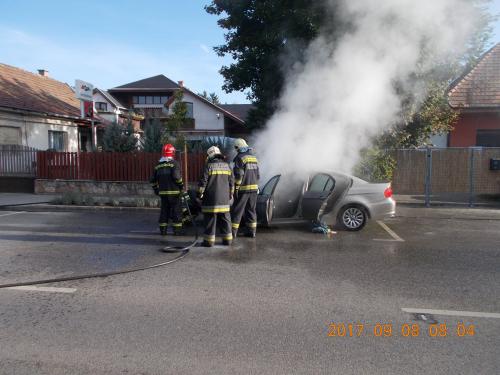 Riasztás: Kigyulladt egy autó a József Attila utcában